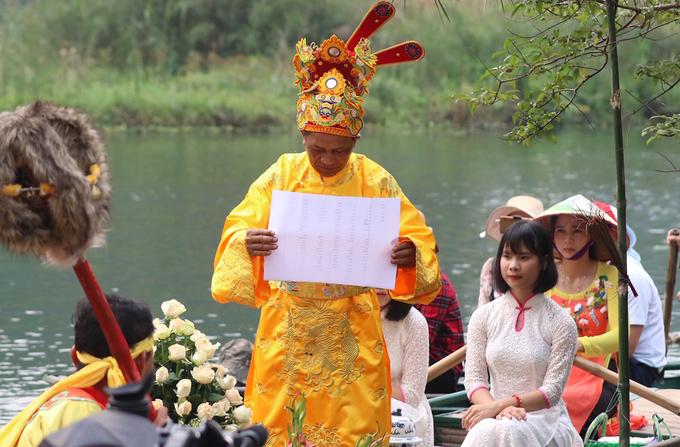 Hàng trăm chiếc thuyền rước rồng trên sông Tràng An