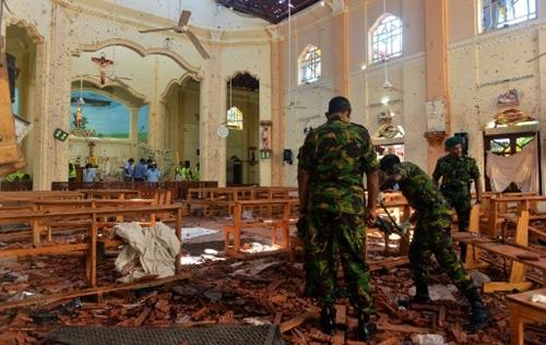 Cảnh sát hỗ trợ dọn dẹp trong nhà thờ ThánhSebastian. Ảnh: AFP.