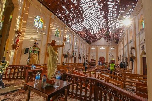 Hiện trường bên trong nhà thờ Thánh Sebastian bị đánh bom ở Negombo, Sri Lanka, ngày 21/4. Ảnh: AP.