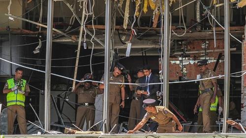 Cảnh sát và nhân viên pháp y tại hiện trường vụ nổ khách sạn Shangri-La hôm 21/4. Ảnh: AP.