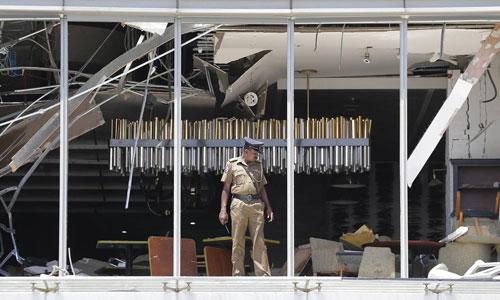 Một sĩ quan cảnh sát Sri Lanka kiểm tra hiện trường vụ đánh bom ở khách sạn Shangri-La tại thủ đô Colombus của Sri Lanka. Ảnh: AP.