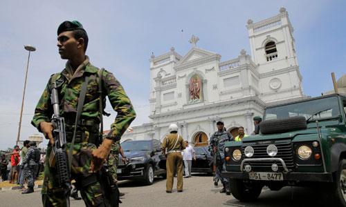 Binh sĩ Sri Lanka mang súng đứng gác ngoài nhà thờ Thánh Anthony sau vụ tấn công. Ảnh: Reuters.