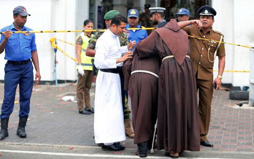 Các linh mục Công giáo ôm nhau bên ngoài nhà thờ Thánh Athony ở thủ đô Colombus của Sri Lanka sau vụ tấn công hôm 21/4. Ảnh: Reuters.