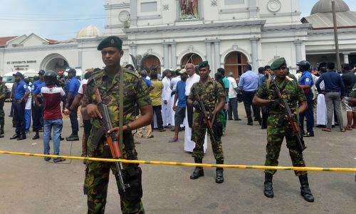 Binh sĩ Sri Lanka bên ngoài một nhà thờ sau vụ tấn công hôm 21/4. Ảnh: AFP.