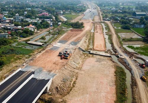 Một đoạn cao tốc đi qua huyện Bình Chánh (TP HCM) còn là công trường ngổn ngang, chưa được giải tỏa. Ảnh: Quỳnh Trần.