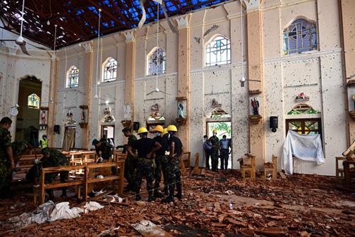 Lực lượng an ninh Sri Lanka hôm nay kiểm tra hiện trường vụ đánh bom nhà thờ Thánh  Sebastian ở tỉnhNegombo. Ảnh: AFP.