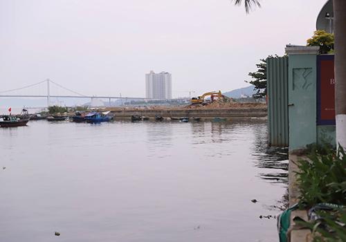 Một dự án bên cạnh Marina Comlexp cũng có nhiều diện tích nhô ra sông Hàn. Ảnh: Nguyễn Đông.