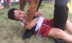 Dạy trẻ nằm ôm chân, kêu cứu để chống bị bắt cóc