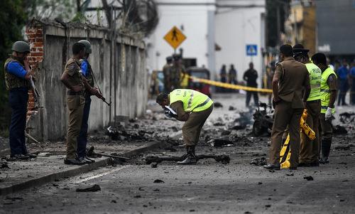 Binh sĩ Sri Lanka khám nghiệm hiện trường sau loạt vụ tấn công hôm 21/4. Ảnh: AFP.