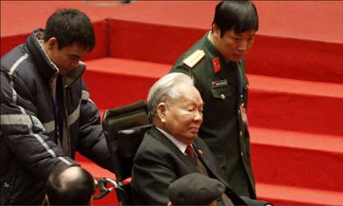 Chủ tịch nước, Đại tướng Lê Đức Anhđến dựĐại hội Đảng XI năm 2011trên xe lăn sau nhiều lần ngã bệnh. Ảnh: Reuters.