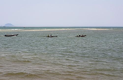 Cồn cát cách bờ biển Cửa Đại 200 m nổi lên mắt nước. Ảnh: Đắc Thành.