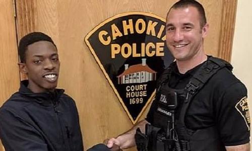 Cảnh sát giao thông Roger Gemoules (phải) đưa KaShawn Baldwin (trái) đi phỏng vấn xin việc. Ảnh: Facebook.