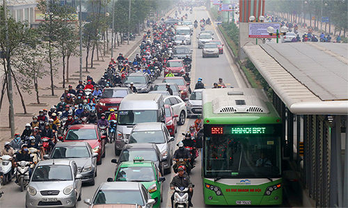 Giao thông trên tuyến đường Lê Văn Lương. Ảnh:Phương Sơn.