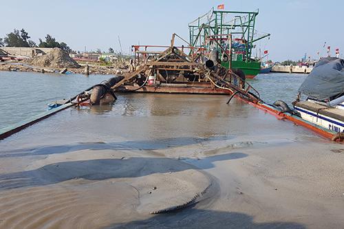 Tàu sắt hút hơn 100m3 cát lậu giữa sông Thạch Hãn. Ảnh: Quang Hà