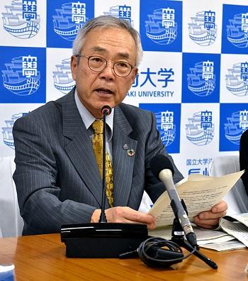 Hiệu trưởng Đại học Nagasaki, Shigeru Kono, tuyên bố chính sách không tuyển người hút thuốc tại buổi họp báo ngày 19/4 ở Nagasaki. Ảnh: Rui Morimoto
