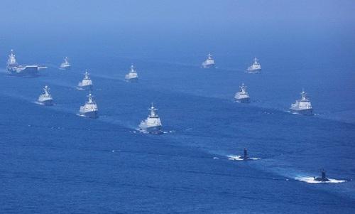 Tàu chiến Trung Quốc trong lễ duyệt binh hồi năm 2018. Ảnh: SCMP.