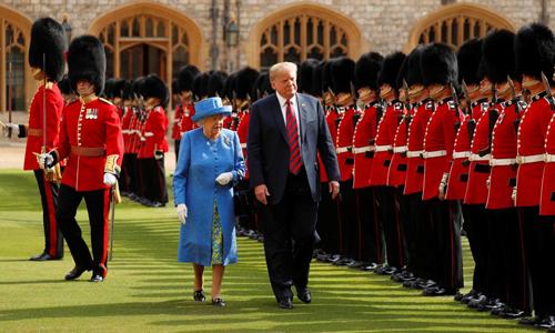 Tổng thống Mỹ Donald Trump và Nữ hoàng Elizabeth II duyệt đội danh dự tại lâu đài Windsor, Anh hồi tháng 7/2018.