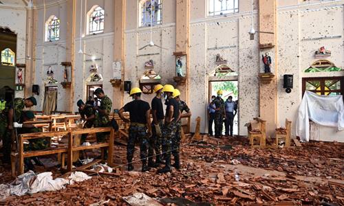 Các nhân viên an ninh Sri Lanka quan sát hiện trường vụ đánh bom nhà thờ Thánh Sebastian tại thành phố Negombo hôm 21/4. Ảnh: AFP.