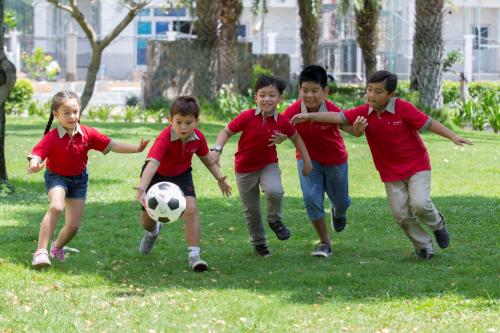 Hè là thời điểm nhiều phụ huynh tìmkhóa hè, trại hè hoặc các khóa năng khiếu để con có thể vừa học vừa chơi, không bị áp lực hay quá tải trong dịp hè.