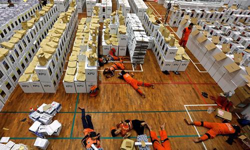 Các nhân viên ủy ban bầu cử Indonesia nằm nghỉ tại một nhà kho ở Jakarta hôm 15/4 trong quá trình chuẩn bị cho cuộc bầu cử. Ảnh: Reuters.