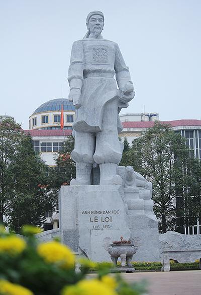 Bề mặt tượng đài Lê Lợi sáng đẹp hơn trước. Ảnh: Lê Hoàng.