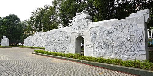 Ba bức phù điêu cỡ lớn được dựng phía sau tượng đài Lê Lợi. Ảnh: Lê Hoàng.