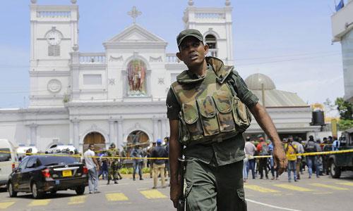 Một binh sĩ Sri Lanka trước nhà thờ bị đánh bom ở thủ đô Colombo hôm 21/4. Ảnh: Reuters.