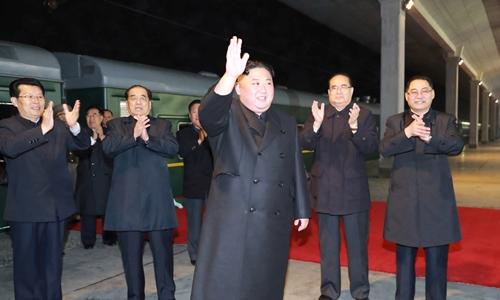 Kim Jong-un lên tàu để khởi hành đến Nga ngày 23/4. Ảnh: KCNA.