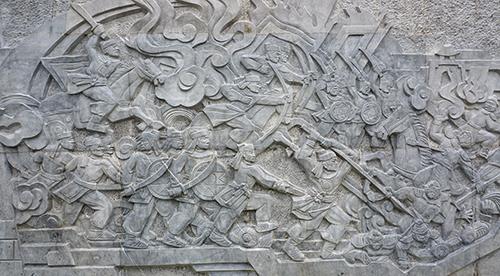 Cuộc kháng chiến chống quân Minh xâm lược được mô phỏng bằng nghệ thuật điêu khắc đá. Ảnh: Lê Hoàng.