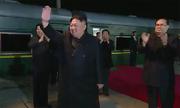 Người Triều Tiên tới sân ga trong trời tối để tiễn Kim Jong-un đi Nga