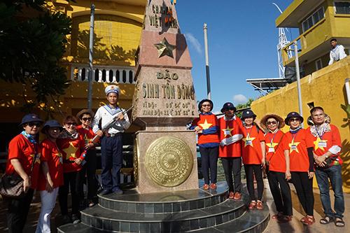 Đoàn kiều bào Thái Lan tại cột mốc chủ quyền trên đảo Sinh Tồn Đông, quần đảo Trường Sa. Ảnh: Anh Ngọc