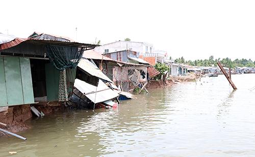 Dãy nhà dân ven sông Ô Môn bị ảnh hưởng sạt lở ngày 24/4. Ảnh: Cửu Long