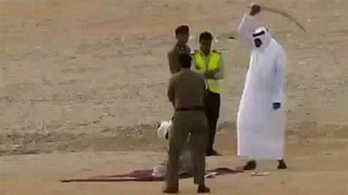 Phạm nhân quỳ trên mặt đất trước khi bị chặt đầu trong một vụ hành quyết ở Arab Saudi. Ảnh: PressTV.