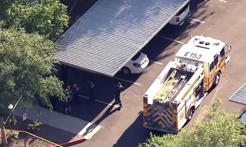 Lực lượng cứu hỏa tại hiện trường bé gái tử vong trong xe ở khu chung cư thành phố Glendale, bang Arizona, Mỹ hôm 22/4. Ảnh: ABC.
