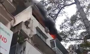 Nhà 5 tầng ở trung tâm Sài Gòn bốc cháy