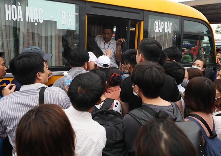 Hành khách chen nhau ở bến xe Hà Nộitrong dịp nghỉ Giỗ tổ Hùng Vương. Ảnh: Ngọc Thành.