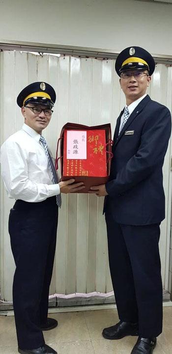 Nhân viên soát vé Wei Mingyi sau đó được trao tặng danh hiệu nhân viên tàu bình tĩnh nhất. Ảnh: Udn.