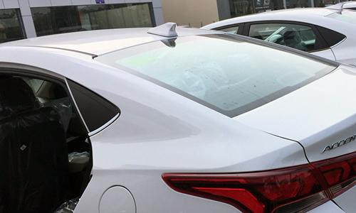 Anten vây cá trên mui xe.