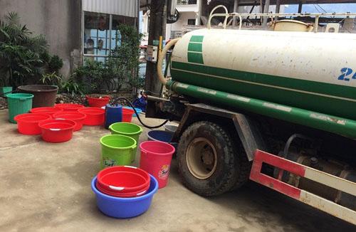 Huyện Sa Pa huy động 4 xe stec chở nước miễn phí cho các hộ dân khu vực cuối nguồn. Ảnh: Diệu Bình