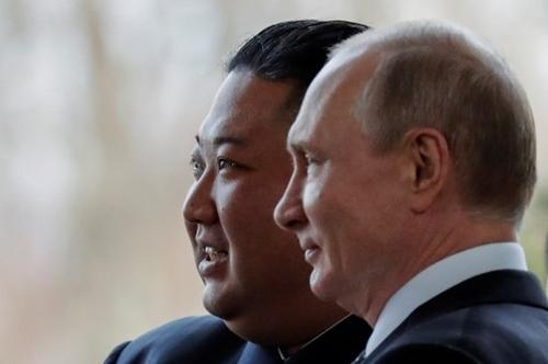 Tổng thống Nga  Vladimir Putin chào đón lãnh đạo Triều Tiên Kim Jong-un trước khi hội đàm diễn ra tại khuôn viên Đại học Liên bang Viễn Đông ở t Vladivostok, Nga, hôm 25/4. Ảnh: AFP.