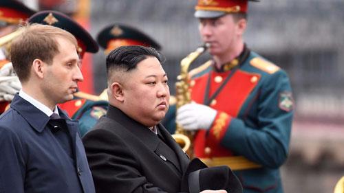 Kim Jong-un (thứ hai từ trái sang) đến thành phố Vladivostok để gặp thượng đỉnh với Putin. Ảnh: AFP.
