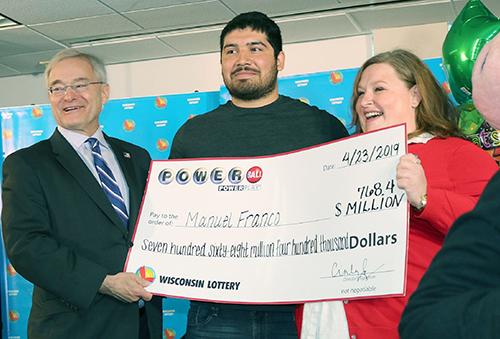 Manuel Franco nhận giải độc đắc Powerball hôm 23/4. Ảnh: Wisconsin Lottery