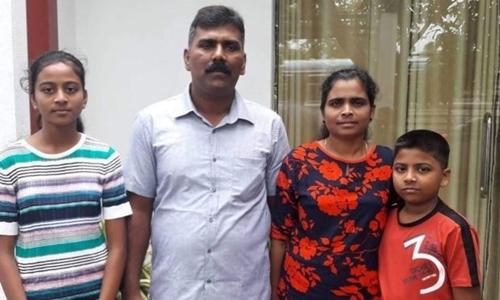 Chị Chrishanthini Ramesh cùng chồng và hai con. Ảnh: BBC.