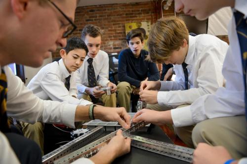 Ngay từ lớp 9, học sinh đã được tham gia vào các hoạt động định hướng cao đẳng, đại học tổ chức hàng năm để chuẩn bị cho sau này.