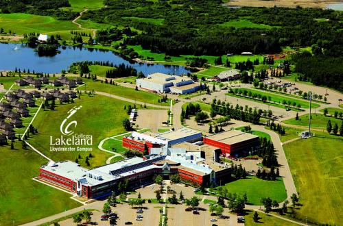 Trường Lakeland College có khuôn viên rộng rãi, phòng học hiện đại..