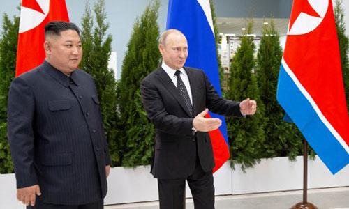Putin (thứ hai từ phải sang) bắt tay Kim Jong-un trước hội nghị thượng đỉnh ở Vladivostok. Ảnh chụp màn hình.