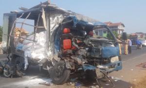 Hai xe tải đấu đầu, tông sập nhà dân ở Quảng Trị