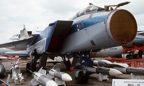 Radar Zaslon trên mũi tiêm kích MiG-31 và các tên lửa được trưng bày năm 1991. Ảnh: Wikipedia.