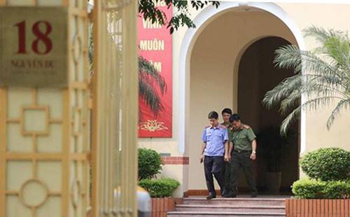 Công an và kiểm sát viên tỉnh Phú Thọ rời trụ sở Bộ Thông tin và Truyền thông lúc 15h30, kết thúc khám xét nơi làm việc của ông Tuấn.