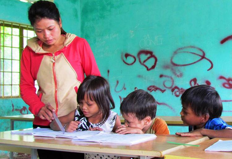Cô giáo dạy học sinh tiểu học ở huyện Sơn Tây, Quảng Ngãi. Ảnh: Phạm Linh.